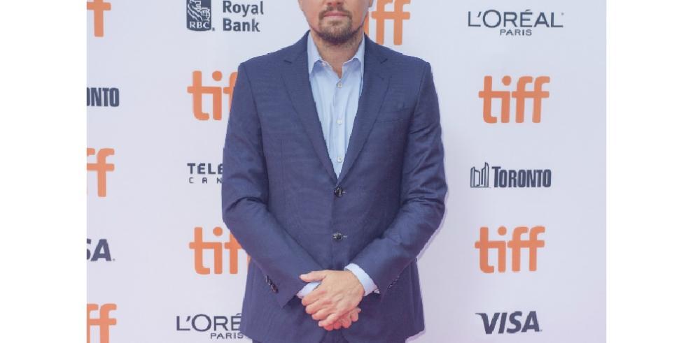 La madre de Leonardo DiCaprio ahuyenta a manguerazos a sus fans