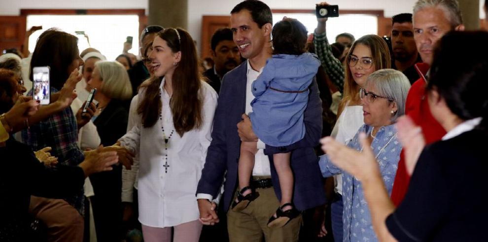 Guaidó afirma que la ayuda ya empezó a llegar