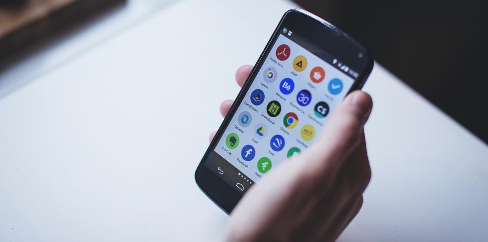 """ESET advierte un nuevo engaño en WhatsApp: """"Cambie el color del WhatsApp"""""""