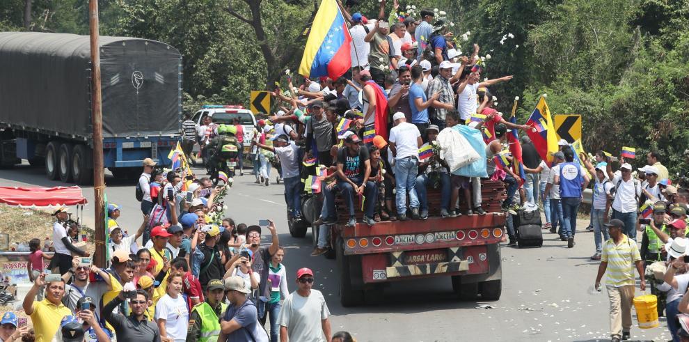 Queman camiones con ayuda a Venezuela en frontera con Colombia