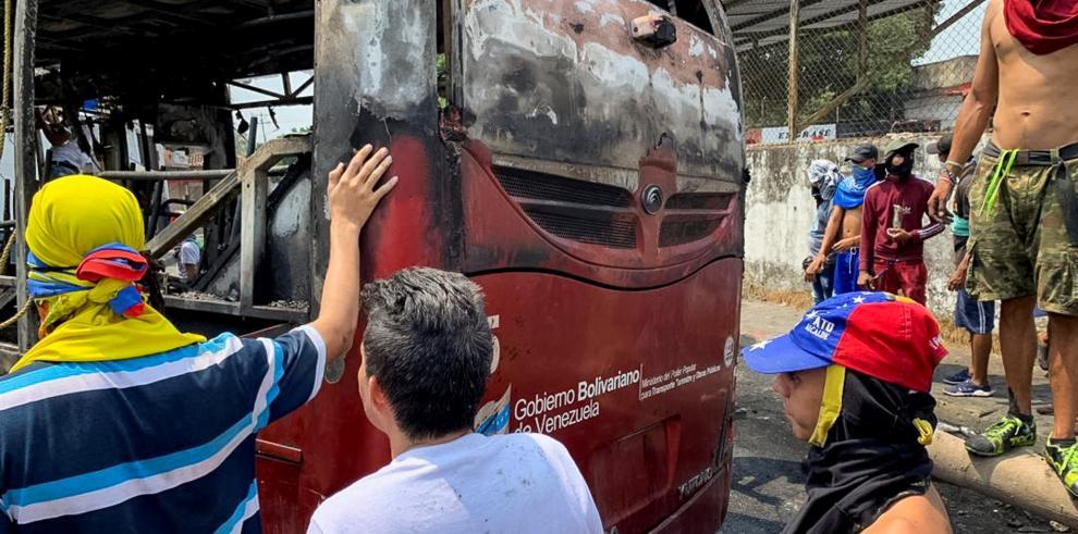 Destruyen autobuses en Venezuela en medio de protestas por cierre en frontera