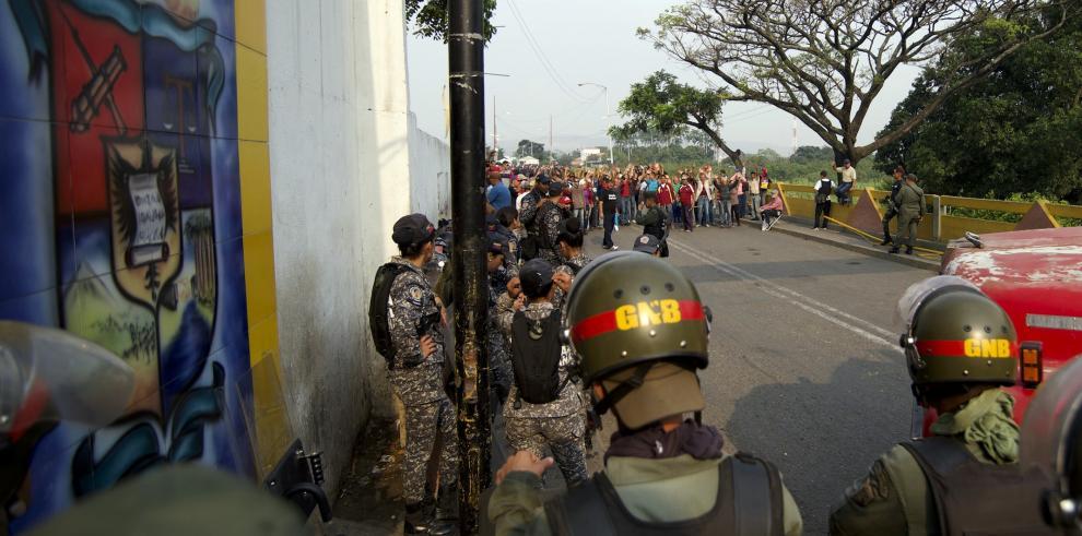 Guaidó celebra que militares se unan y faciliten ingreso de ayuda a Venezuela