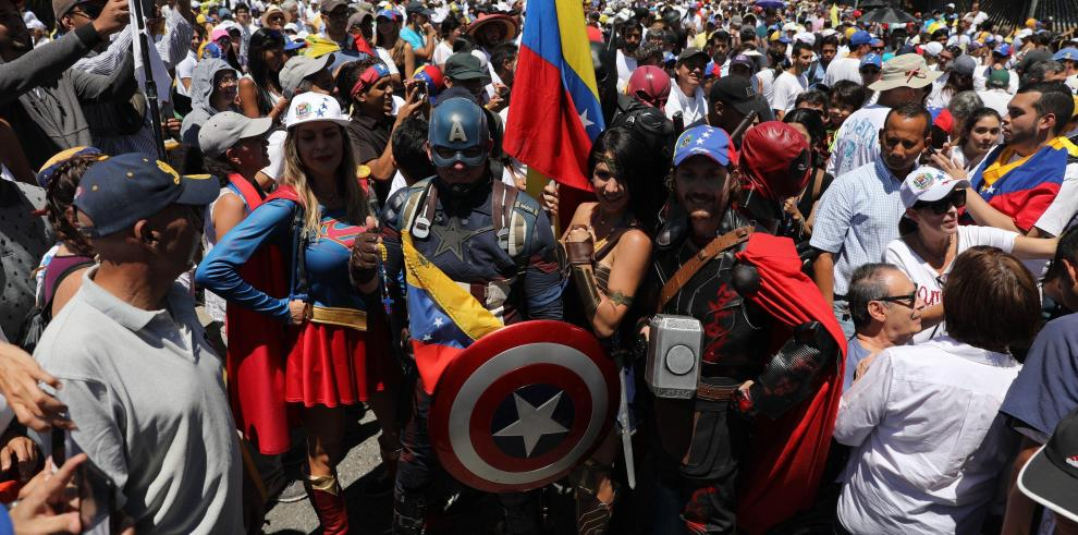 Masivas marchas ante comandos de FFAA venezolanas exigen dejar ingresar ayuda