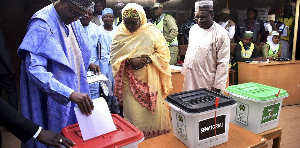 Presidente Buhari y su gran rival, optimistas al depositar su voto en Nigeria