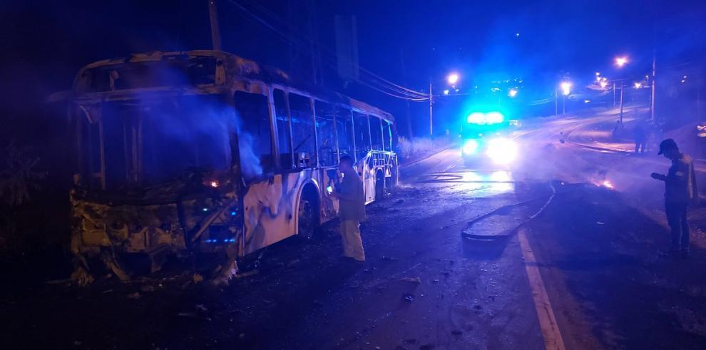 Metrobús se incendia en Brisas del Golf