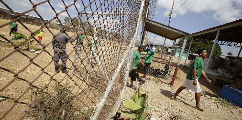 El innovador programa de reciclaje que ha humanizado un penal panameño