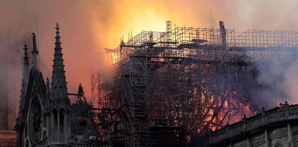 Incendio destruye parte de la catedral de Notre Dame