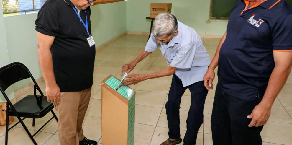 Inicia conteo de votos en elecciones de desempate