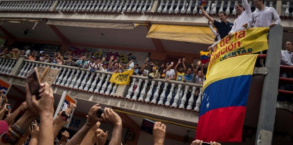 Guaidó dice que Maduro reabrió frontera con Colombia por 'presión' ciudadana