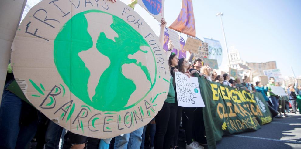 Jóvenes marchan en todo mundo para exigir políticas contra cambio climático