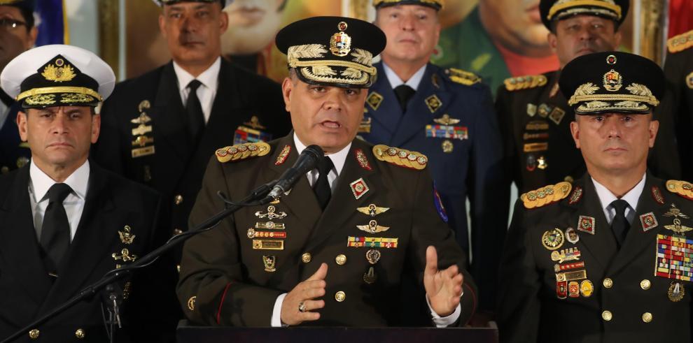 Militares venezolanos respaldan a Maduro, denuncia un golpe de Estado