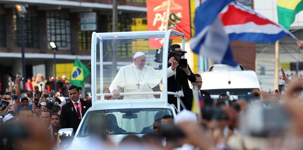 Peregrinos aguardan la salida del Papa para su recorrido de este jueves