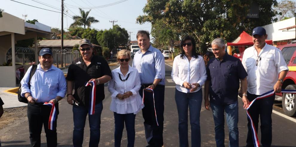 Varela entrega más de 60 kilómetros de carretera en Los Santos y Herrera