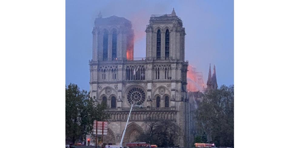 Incendio envuelve a la catedral de Notre Dame en París
