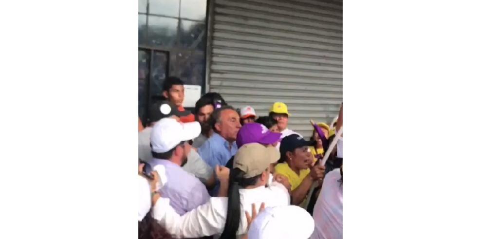 Carlos Santana y simpatizantes forman una turba en el TE de Santiago
