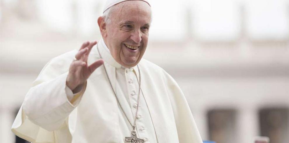 El papa lleva en su papamóvil durante la audiencia a ocho niños refugiados