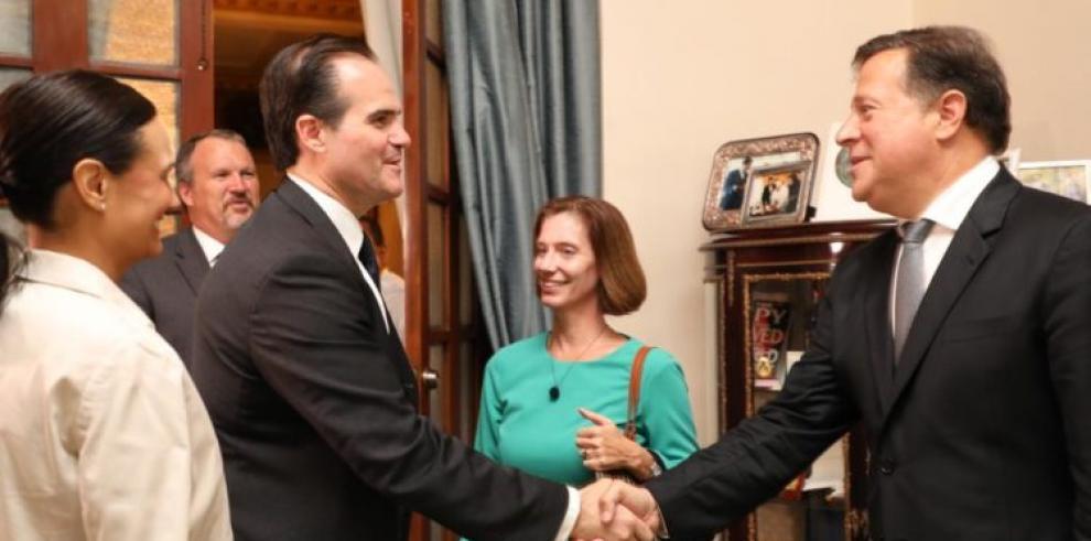Consejero de Trump se reúne con Varela y Venezuela es el tema central