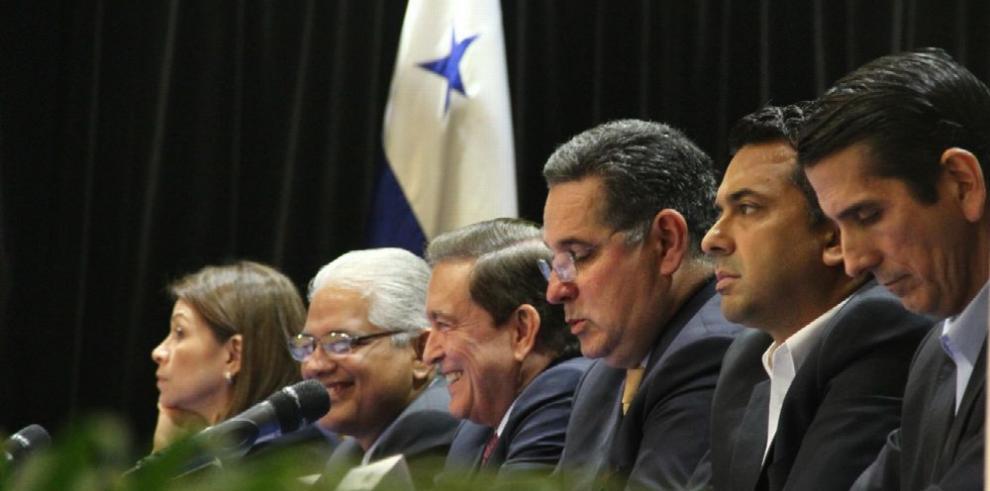 Candidatos firman pacto por la transparencia