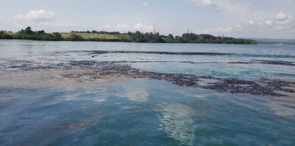Derrame hidrocarburos en Colón afecta terminales y barcos