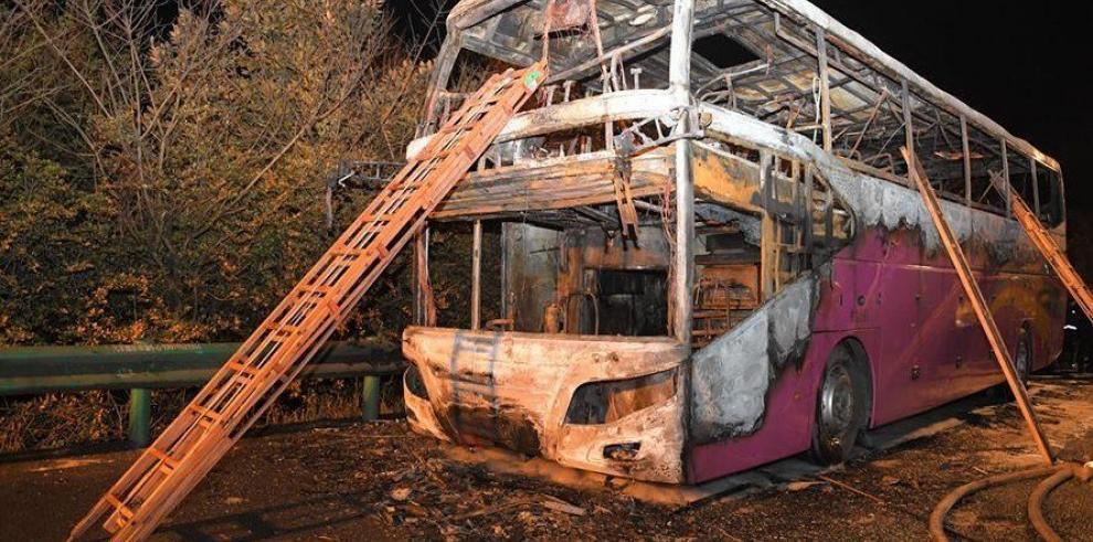Un incendio en un autobús turístico causa 26 muertos en China