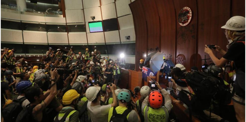 La marcha de Hong Kong acaba en un inédito asalto popular al Parlamento