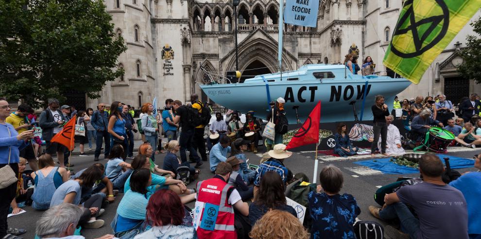 Protestas por la crisis climática cortan el tráfico en 5 ciudades británicas