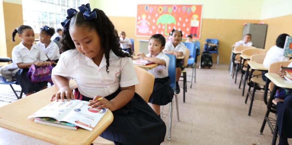 Comienza el año escolar para más de 800 mil estudiantes