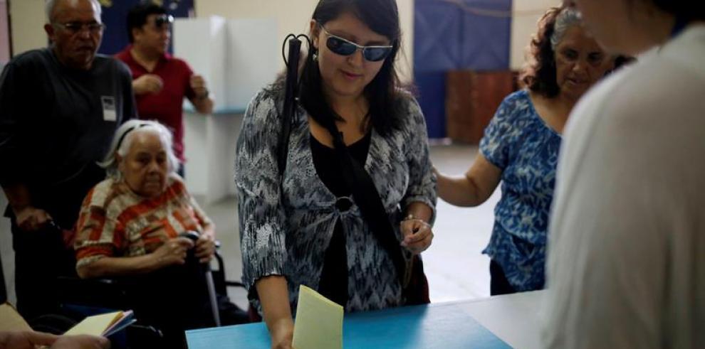 Cierran los colegios electorales en Guatemala y empieza el recuento
