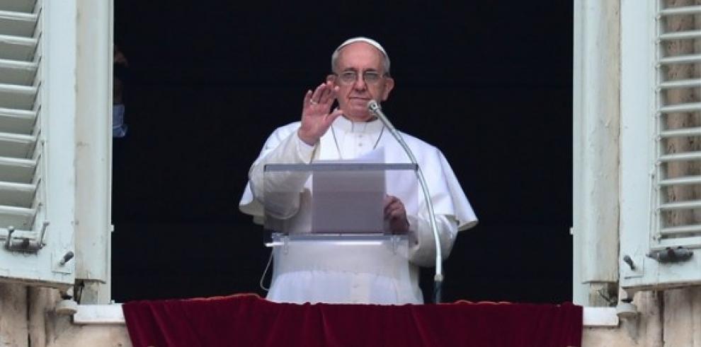 El papa pide combatir y denunciar