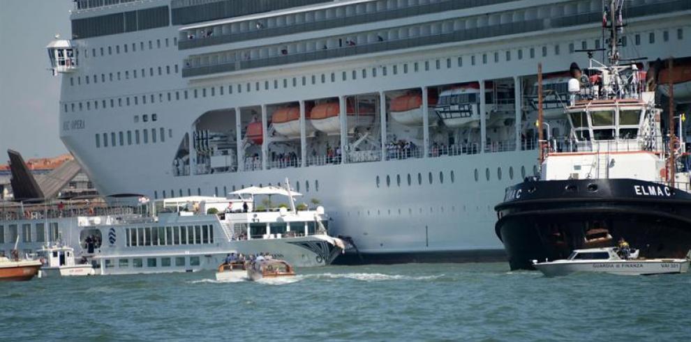 Un crucero choca con un barco turístico en Venecia sin dejar heridos graves
