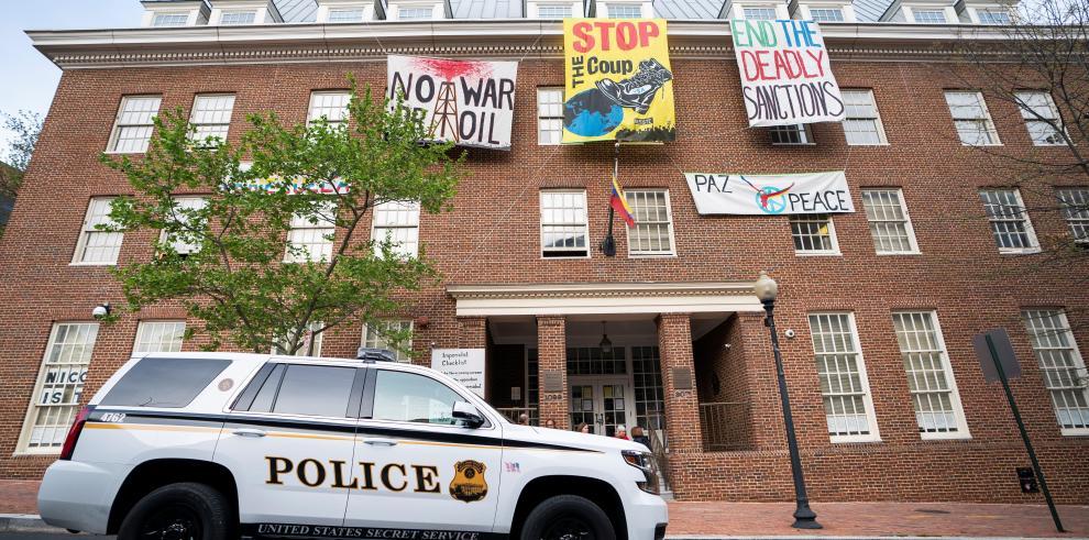 Activistas estadounidenses permanecen en embajada de Venezuela en Washington