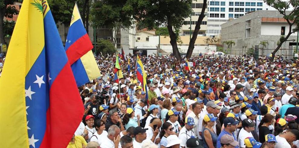 Guaidó insiste en cooperación militar frente a endeble protesta contra Maduro
