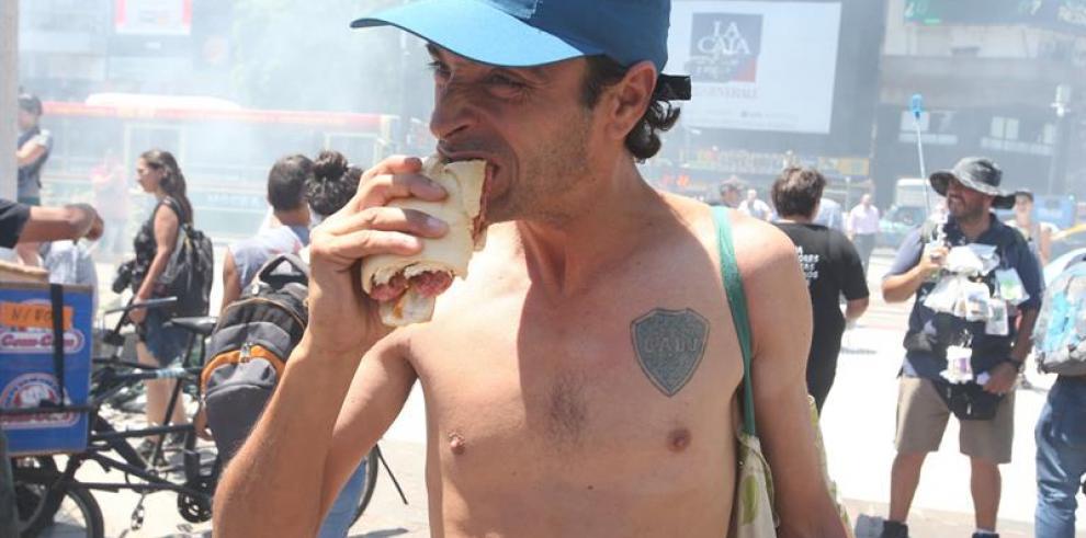 Argentinos defienden el tradicional 'choripán' en el entorno de los estadios