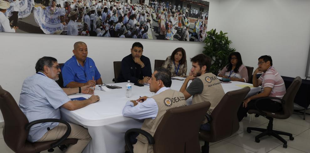 TE se reúne con el equipo de observadores de la OEA