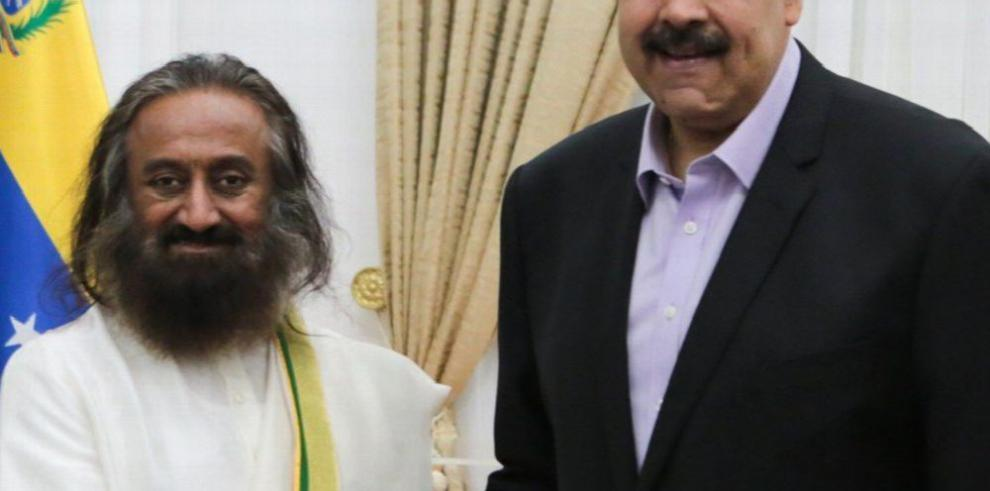 Nicolás Maduro contrató a un gurú de la India para mediar en el diálogo con la oposición