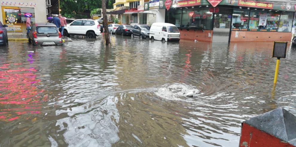 Varios puntos de la ciudad inundados por el fuerte aguacero