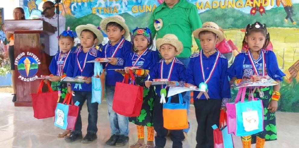 Fiesta estudiantil Guna de Madungandí