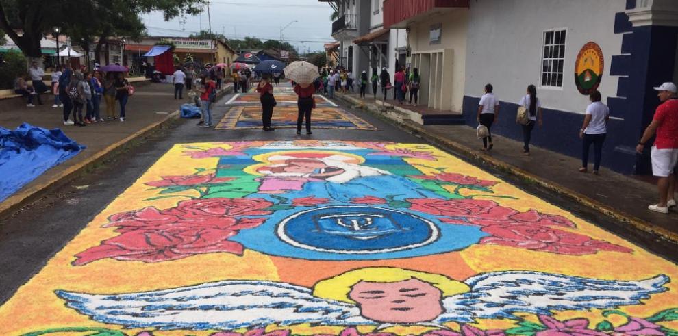 La Villa de Los Santos viste sus calles de colores por el Corpus Christi