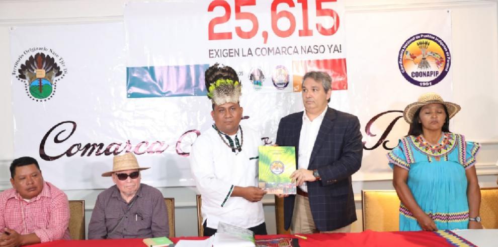 Pueblo Naso Tjër Di entrega al ombudsmanfirmas de respaldo en creación de comarca