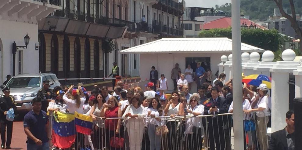 Comunidad venezolana frente a la Presidencia para recibir nueva embajadora