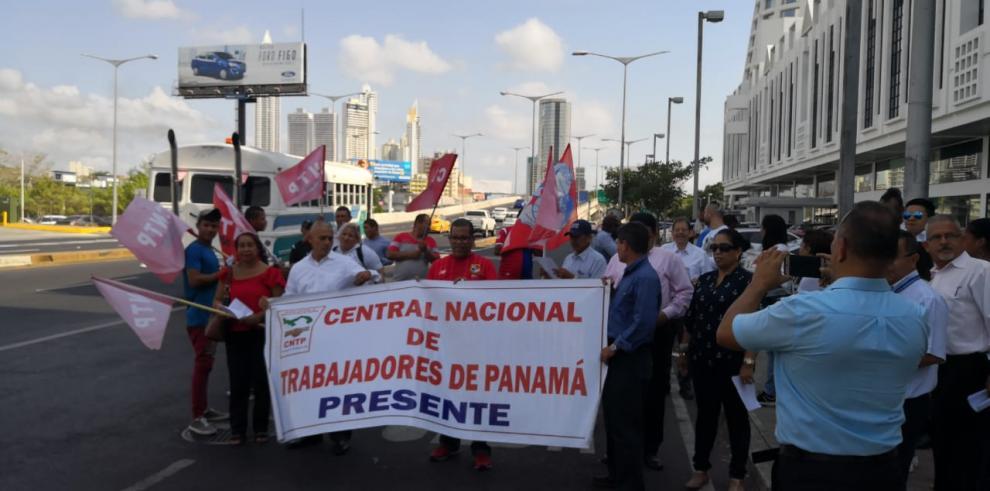Artistas de danza de Panamá protestan a las afueras del Mitradel