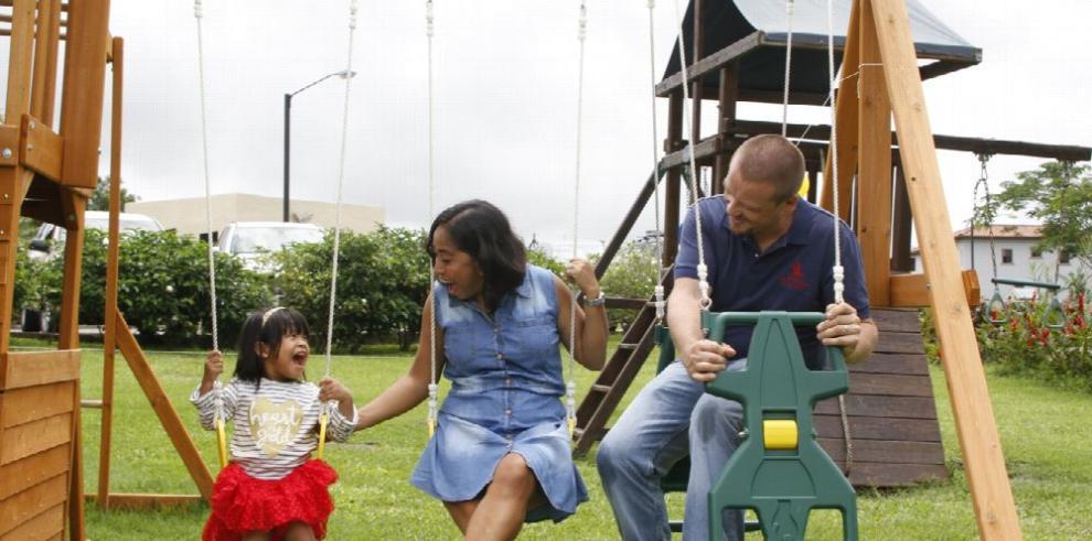 La adopción, un acto de vida y amor empañado por la burocracia y la 'falta de presupuesto'