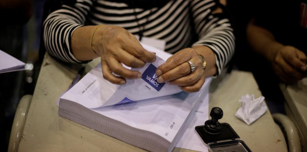 Cierran centros de votación en El Salvador y comienza recuento de papeletas