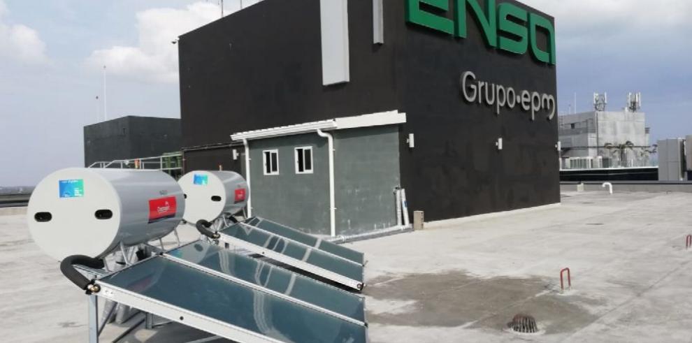 Instalan calentadores solares de agua en una empresa eléctrica