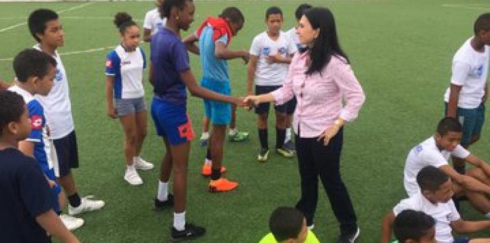 Ministra de Desarrollo Social se reúne con jóvenes de San Miguelito