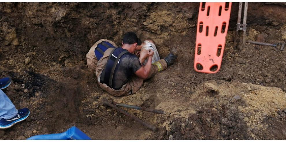 Rescatan a dos hombres en Los Santos tras quedar sepultados en alcantarilla