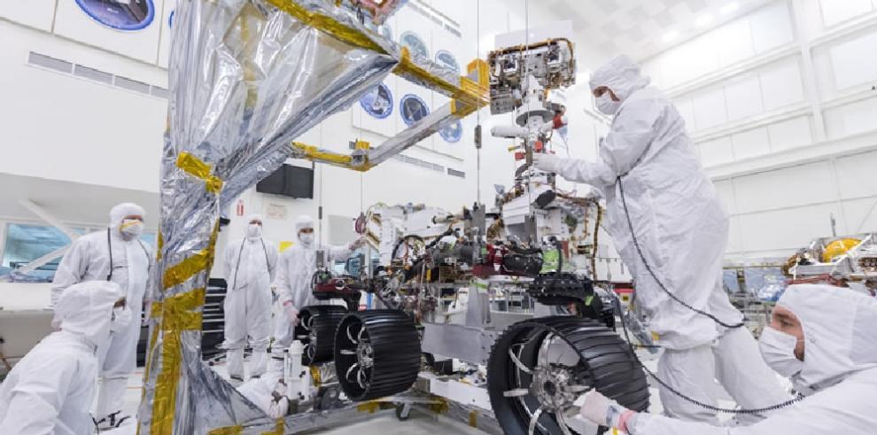 Ingenieros de NASA instalan ruedas y piernas a explorador para misión Marte 2020