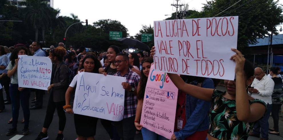 Protestan contra decretos 69 y 84; denuncian que arriesgan la educación superior
