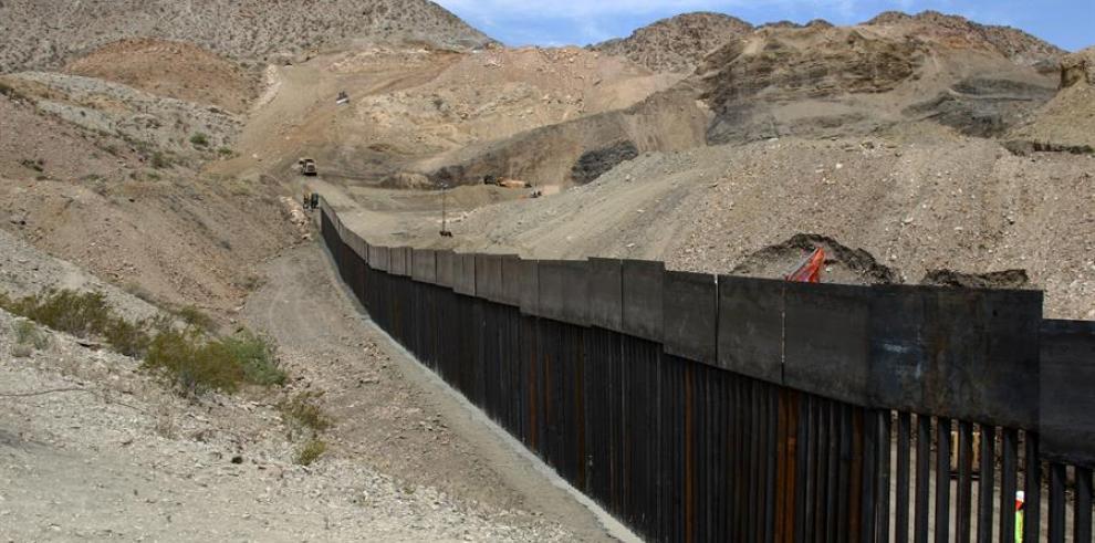 Puerto Rico crítica la decisión de pasar fondos para la isla al muro fronterizo