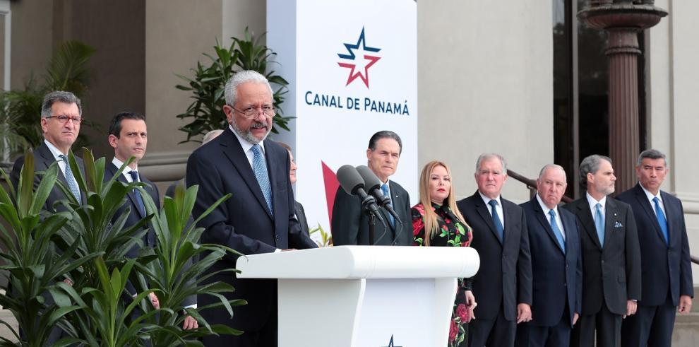 El cuarto administrador panameño del Canal de Panamá, Ricaurte Vásquez, toma posesión